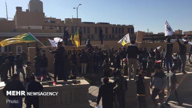معترضان عراقی بخشی از ساختمان سفارت آمریکا را به آتش کشیدند