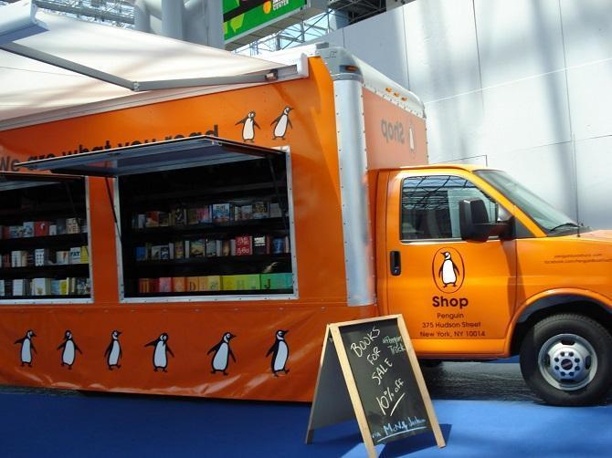 کتابفروشی کامیون های پنگوئن در سطح شهر، عکس